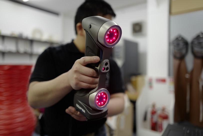 трехмерный сканер в руках у мужчины