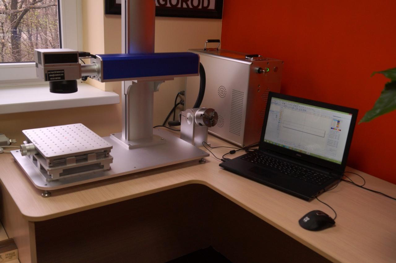 фото лазерного маркера на рабочем столе