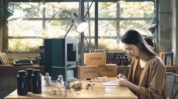 девушка у принтера