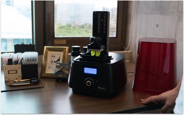 стоматологический принтер стоит на столе