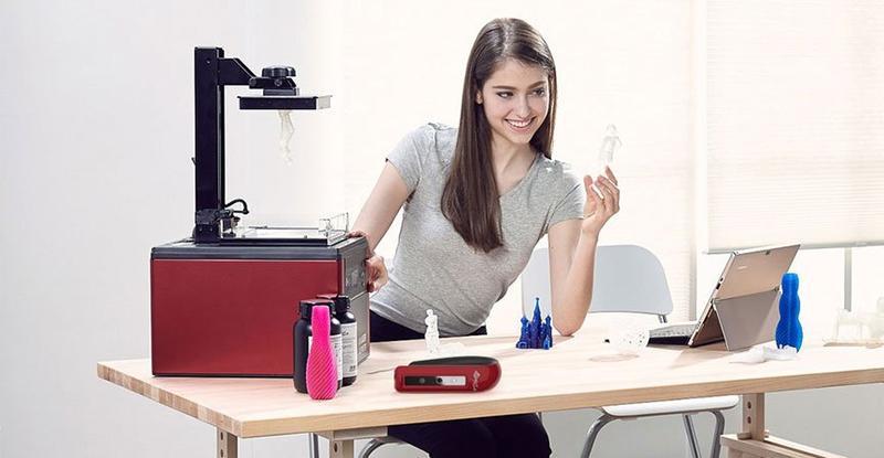 девушка за столом со сканером