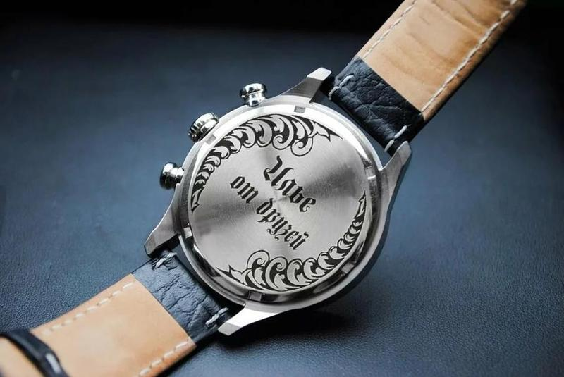 часы с надписью